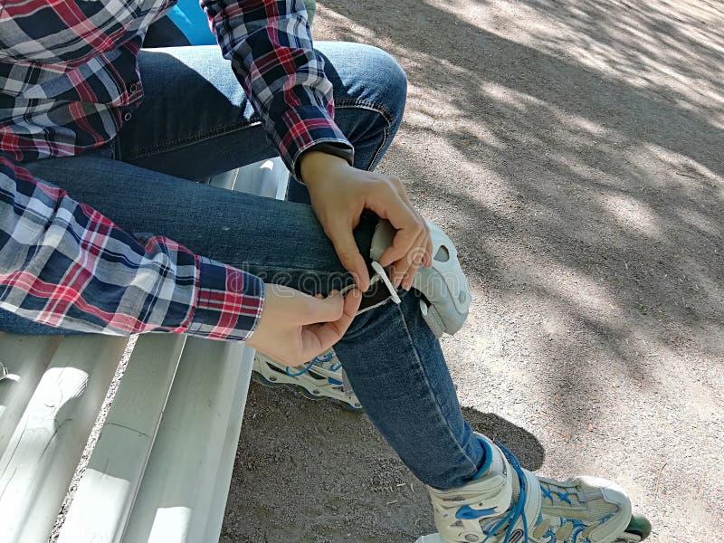 De schaatser van de meisjesrol met veiligheidsmateriaal - knie en elleboogstootkussens royalty-vrije stock afbeelding