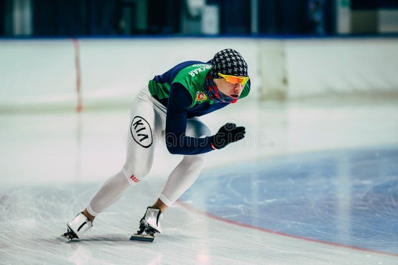 De schaatseropwarming van de mensenatleet vóór begin het rollen op ijs stock foto