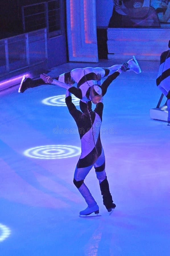 De schaatsers van het paarijs stock afbeelding