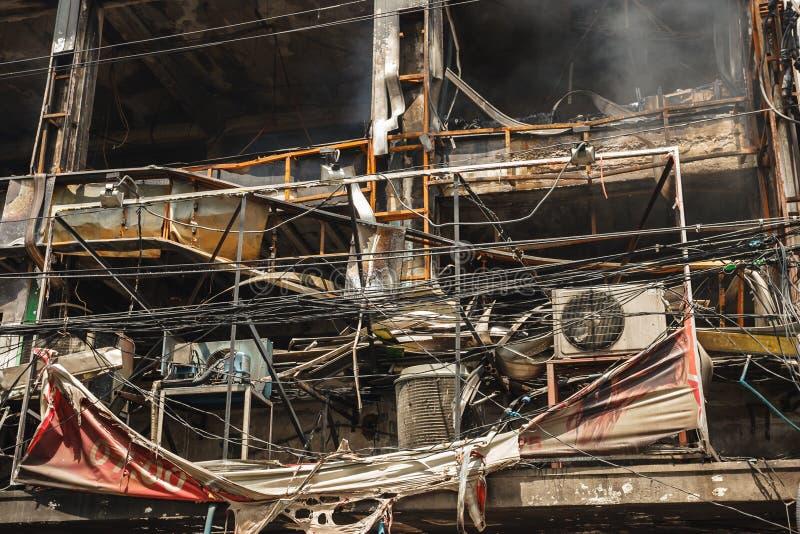 De Schade van de Brand van het flatgebouw met koopflats en van het Restaurant stock foto's