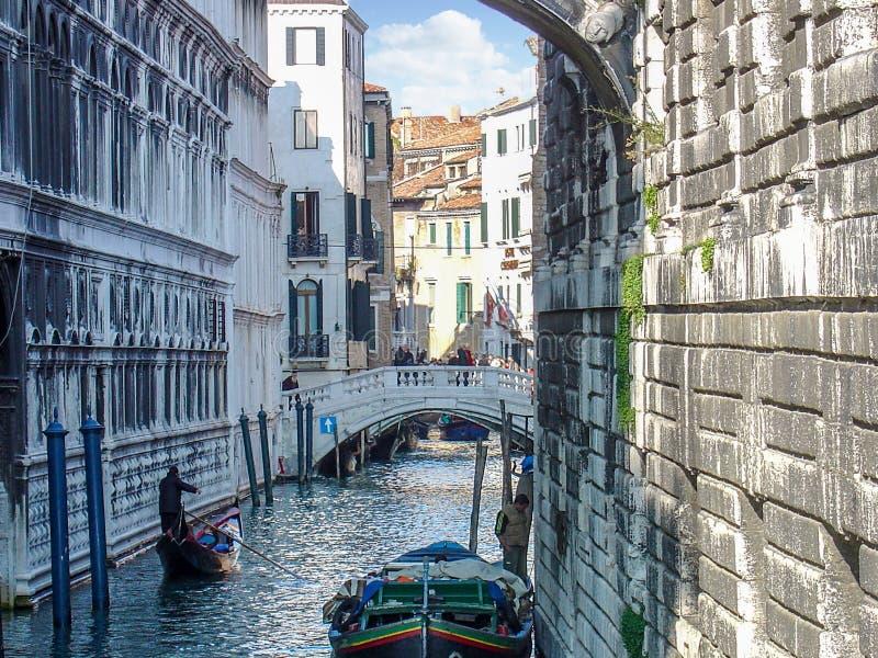 In de schaduw gestelde Waterweg binnen de Stad van Venetië, Italië stock foto