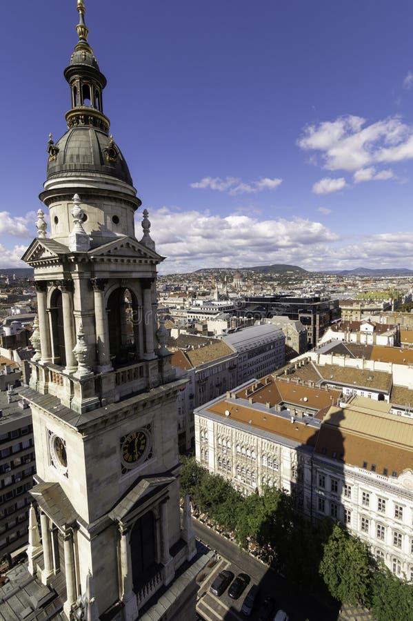 De schaduw overdacht de daken van één van de torens van de Kathedraalst Stephen Basiliek, Boedapest, Hongarije royalty-vrije stock foto's