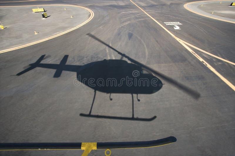 De schaduw van de helikopter. stock foto's