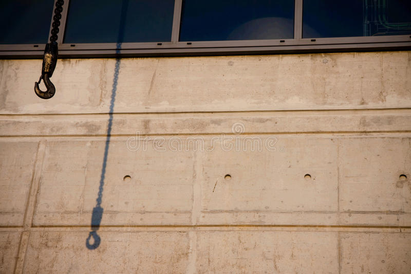 De schaduw van de kraan bij de industriële bouw royalty-vrije stock afbeeldingen
