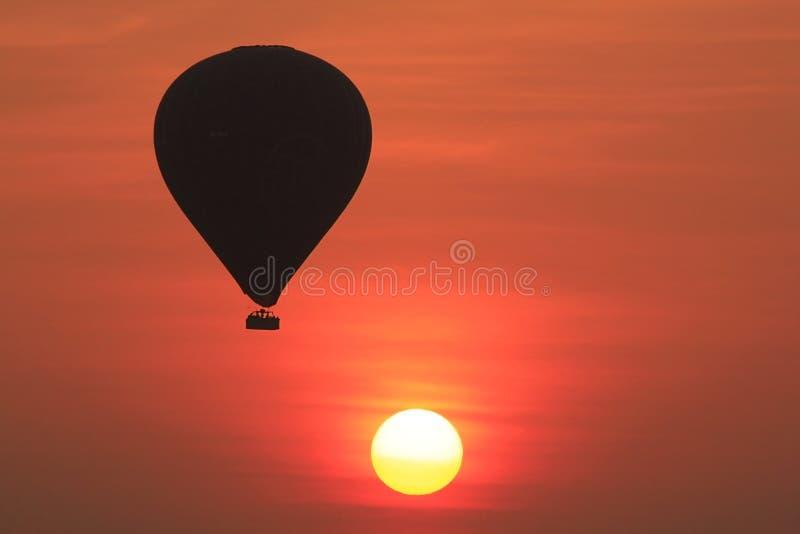 De schaduw van een ballon wanneer zonsopgang in bagan royalty-vrije stock afbeelding