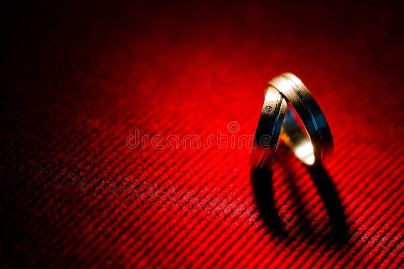 De schaduw van het hart van trouwringen royalty-vrije stock foto's