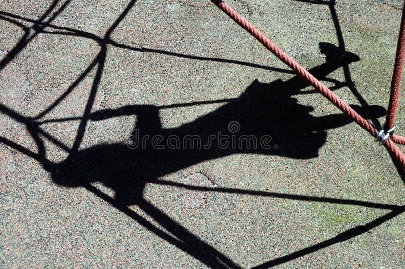 De schaduw van het meisjesjonge geitje op spelportaal stock fotografie