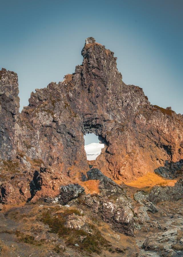 De schaduwen in Djupalonssandur-zon spelen of Zwart Lava Pearl Beach op het Snaefellsnes-schiereiland in IJsland mee royalty-vrije stock fotografie