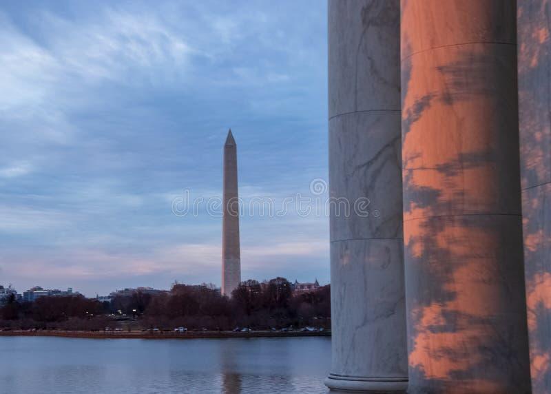De schaduwen met zonsondergangkleuren worden gemengd worden weerspiegeld op kolommen van Jefferson Memorial dat stock fotografie