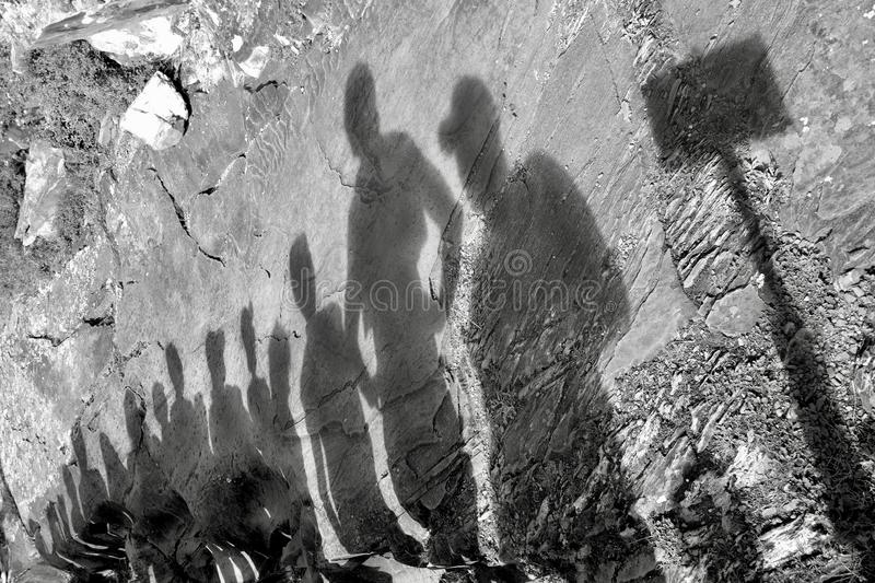 De schaduwen van de groep mensen op de reis stock afbeelding