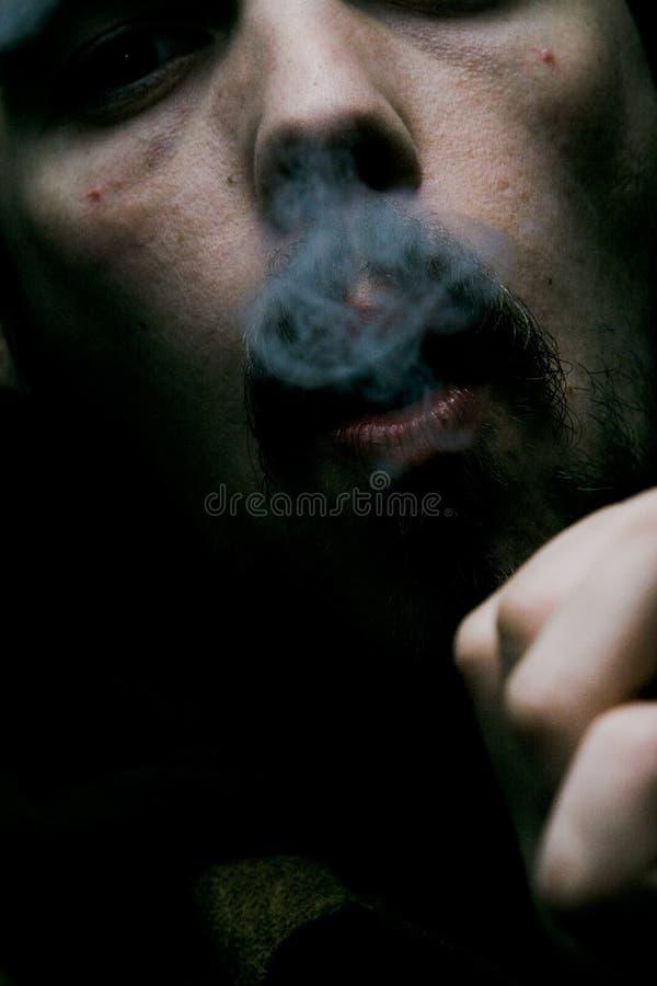 De schaduwrijke Roker van de Sigaar stock afbeelding