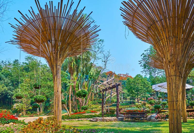 De schaduwrijke steeg met bamboeparaplu's, Mae Fah Luang-tuin, Doi Tungboom, Thailand stock foto's