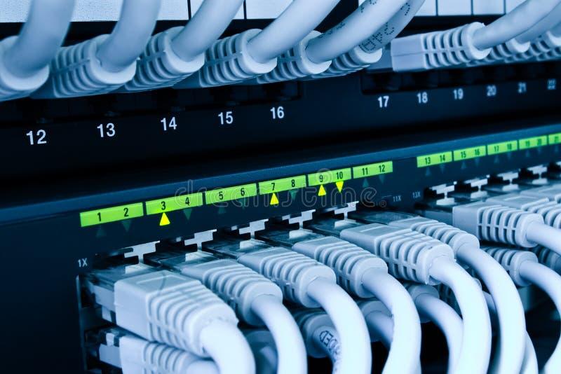 De schakelaar en de kabels van het netwerk stock foto