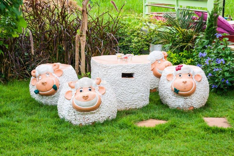 De schapen vormden Concrete Lijst en Stoelen stock foto