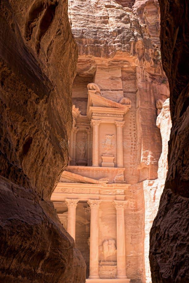 De schatkist die in de rots in de oude stad van Petra in Jordanië wordt verminderd stock afbeeldingen
