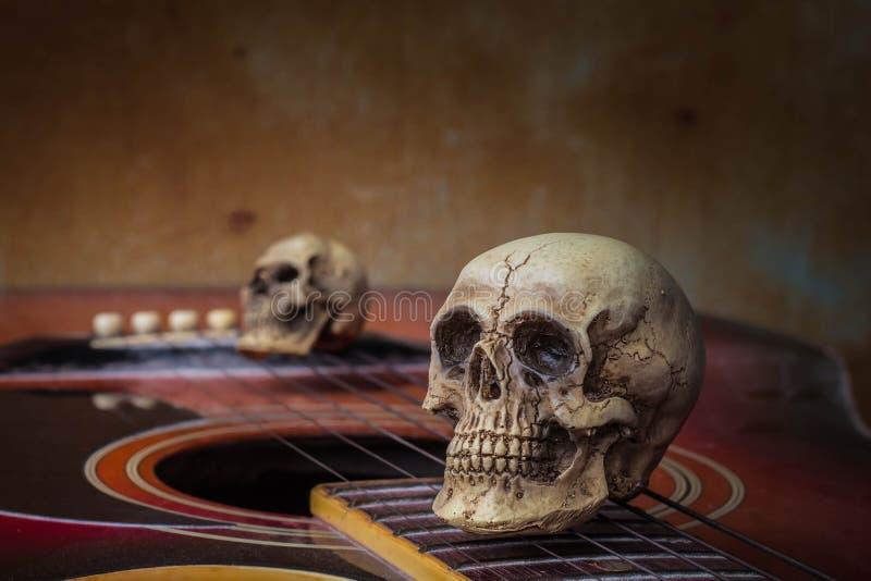 De schedel op de gitaar stock foto's