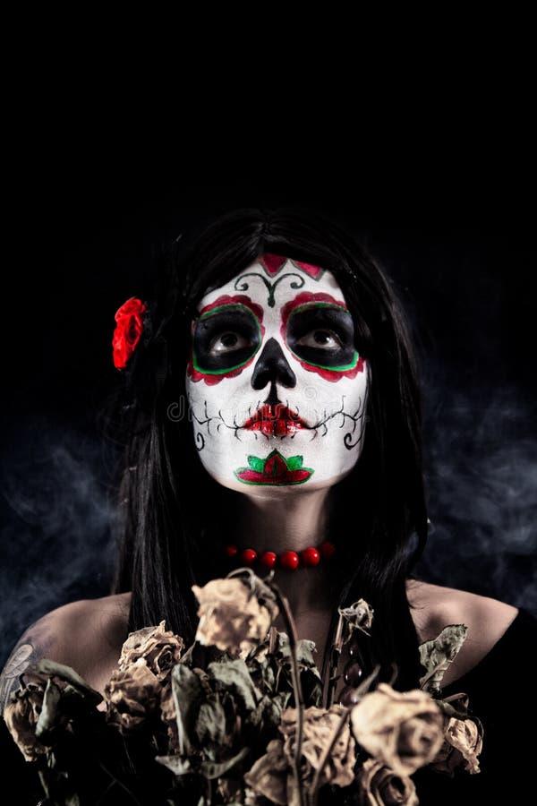 De schedelmeisje van de suiker met dode rozen stock fotografie