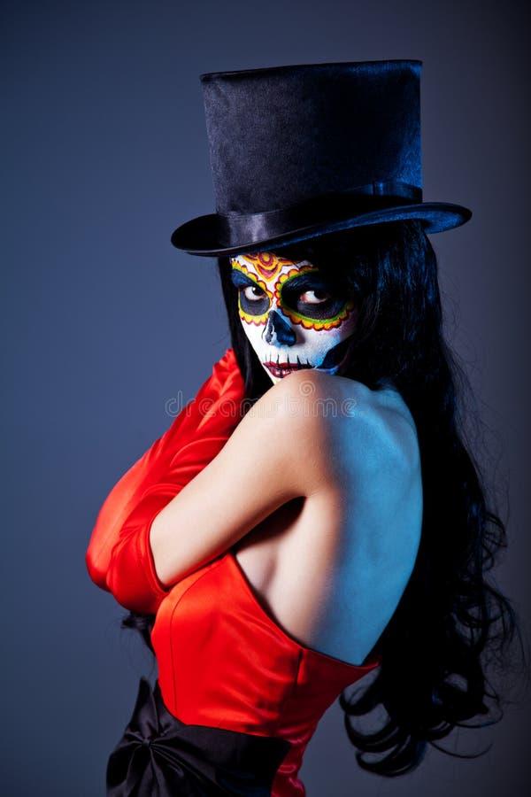 De schedelmeisje van de suiker in tophat en rode kleding stock afbeeldingen