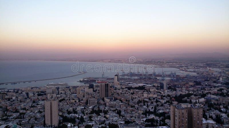 De schemer in Haifa, panoramamening van louis promenade bij bahai tuiniert het NOORDEN van ISRAËL royalty-vrije stock fotografie