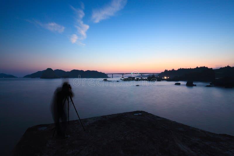 De schemer van Seaview met een fotograaf royalty-vrije stock foto's