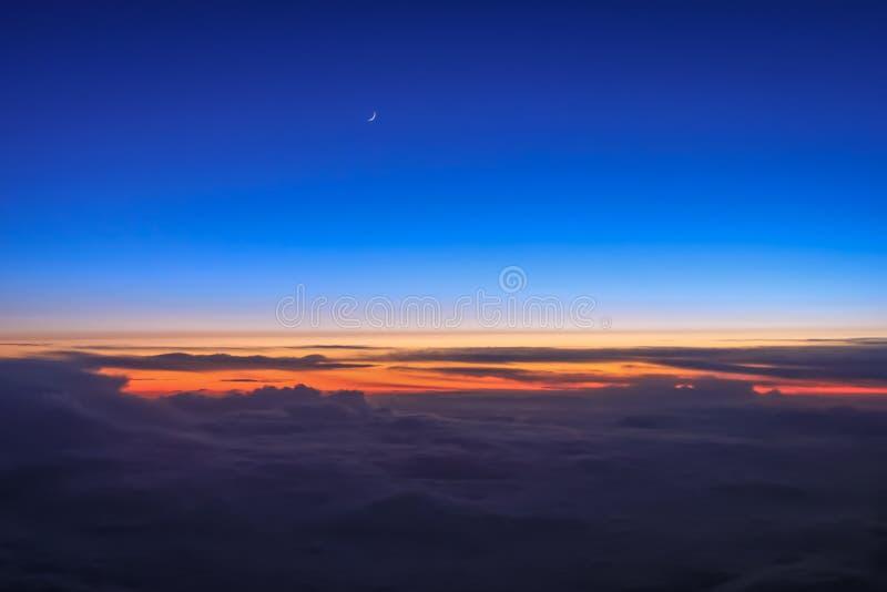 De schemering kleurrijke hemel van het vliegtuigvenster stock foto's