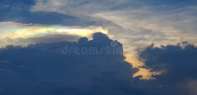 De schemeringhemel met kleurrijk licht door wolken stock afbeeldingen