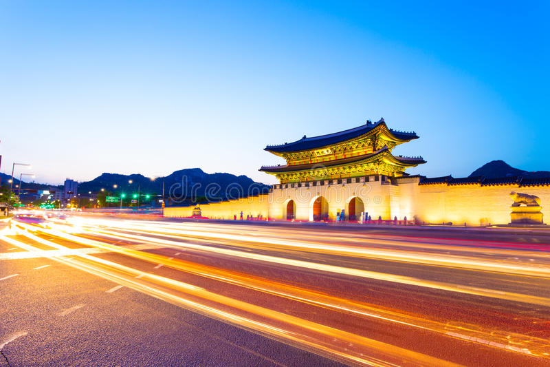 De Schemerkoplampen die van de Gyeongbokgungingang H wegschieten stock fotografie