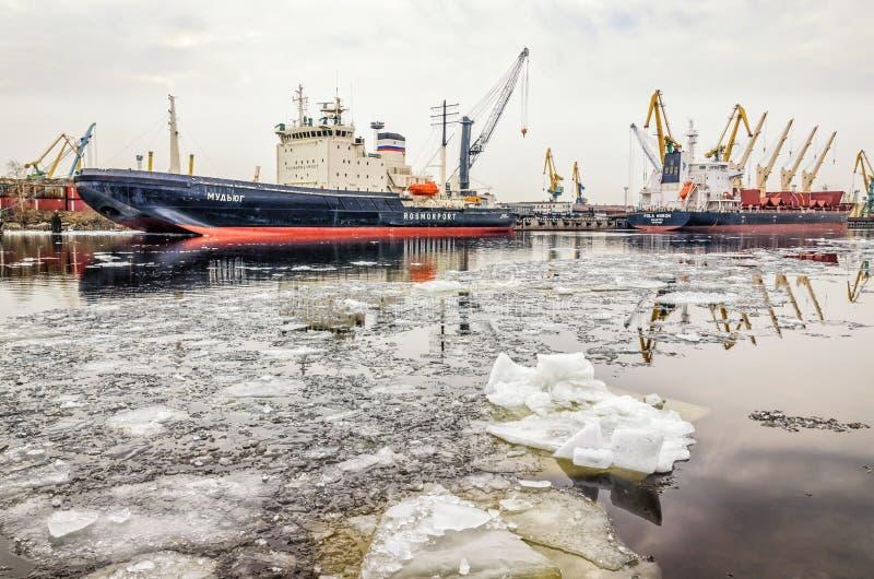 De schepen legden bij de Zeehaven en de ijsafwijking vast op het Overzeese kanaal royalty-vrije stock afbeelding