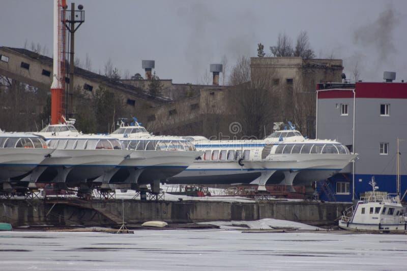 De schepen van de meteoorsnelheid bij Vuoksa-rivier royalty-vrije stock fotografie
