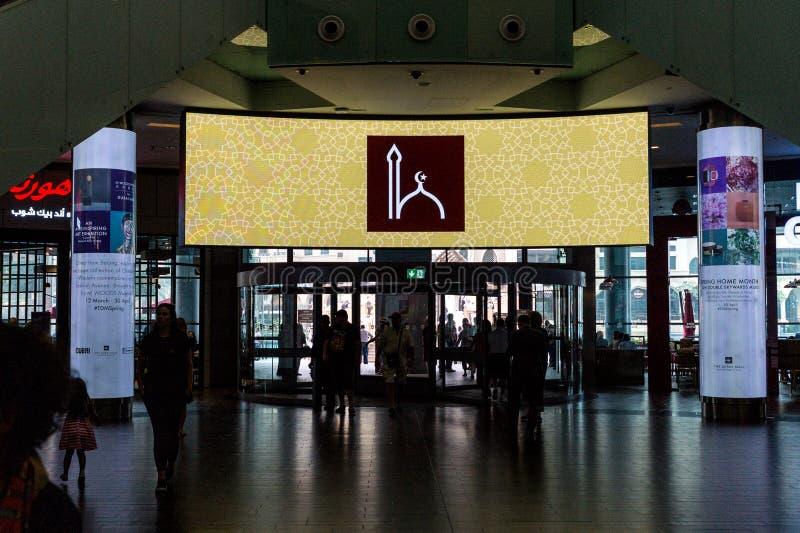 De schermen in de Wandelgalerij van Doubai tijdens de Vraag naar Pray stock fotografie