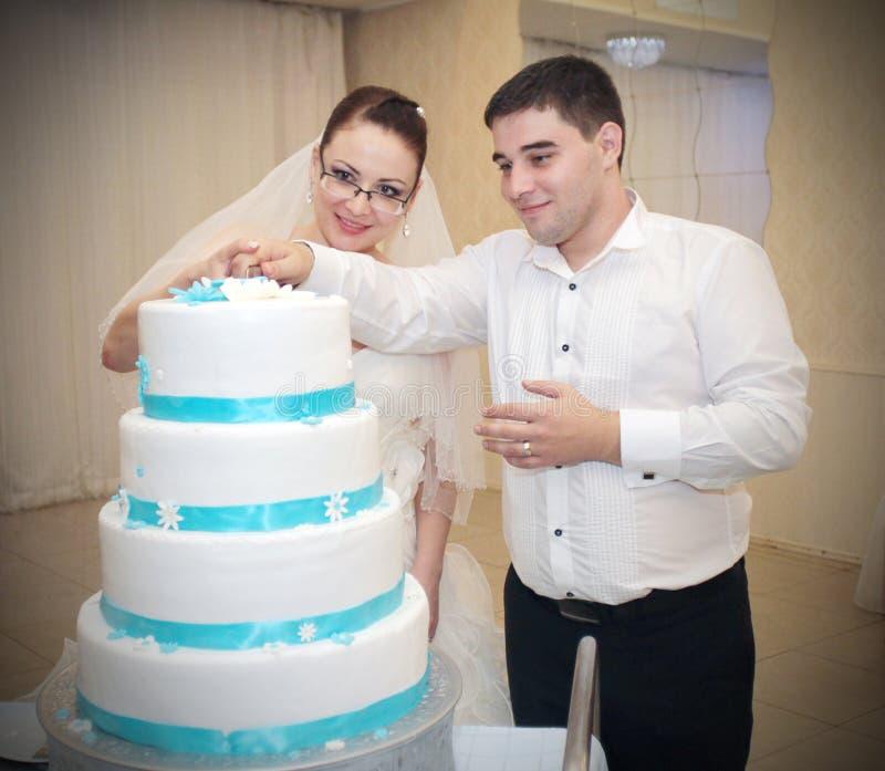 De scherpe cake van het huwelijkspaar stock afbeeldingen