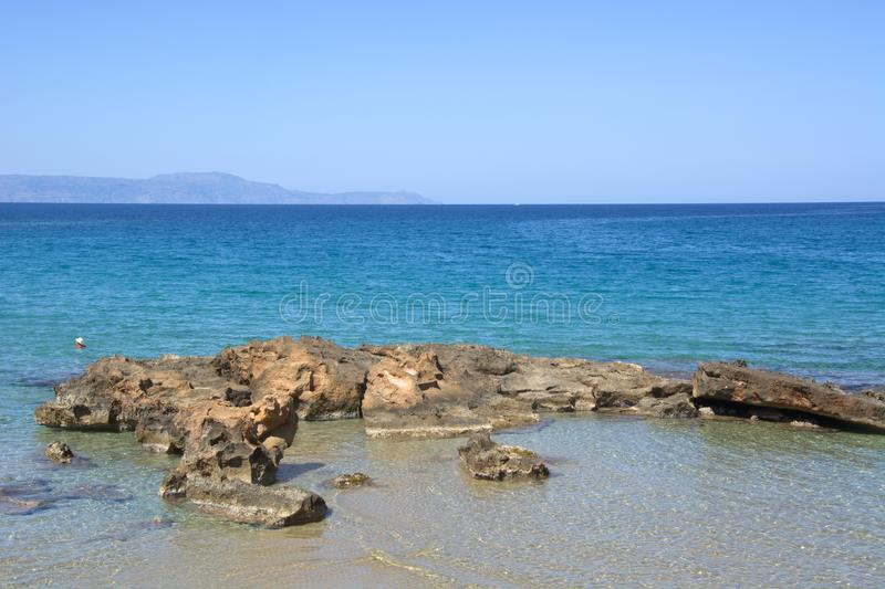 de scherpe kustlijn en het turkooise overzees stock foto's