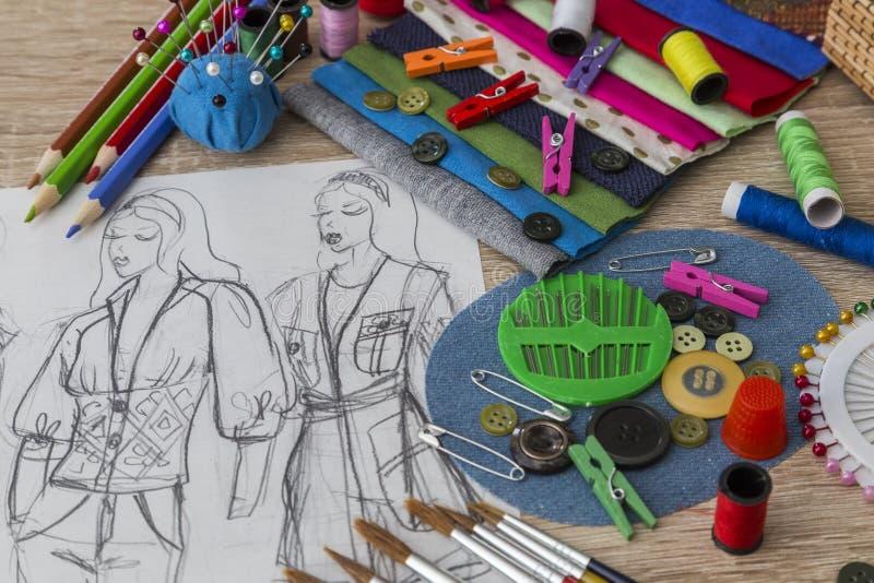 De schets van het manierontwerp - naaister Table stock afbeelding