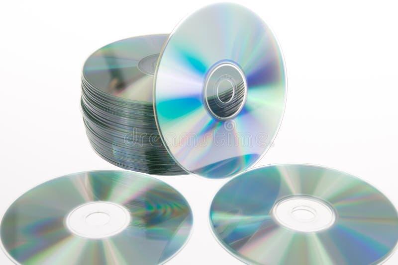De schijven van de compact discstapel op een witte achtergrond royalty-vrije stock foto's