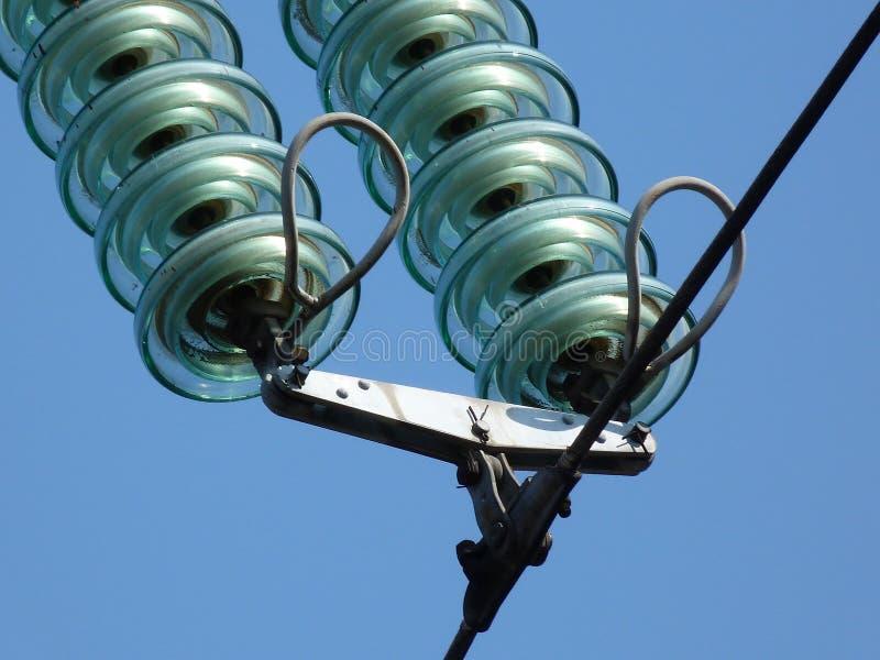 De schijven van de glasisolator in hoogspannings lucht elektrolijnen royalty-vrije stock afbeelding
