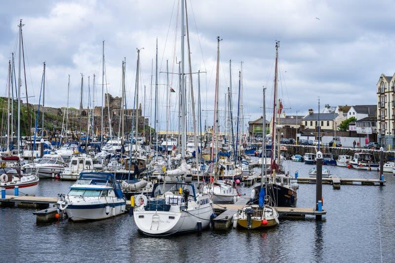 De schil is een kuststad en een kleine vissershaven op het Eiland Man, in de historische parochie van het Duits maar afzonderlijk stock foto's