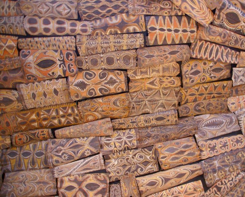 De schilden van Papoea-Nieuw-Guinea die van dak worden gehangen royalty-vrije stock afbeelding
