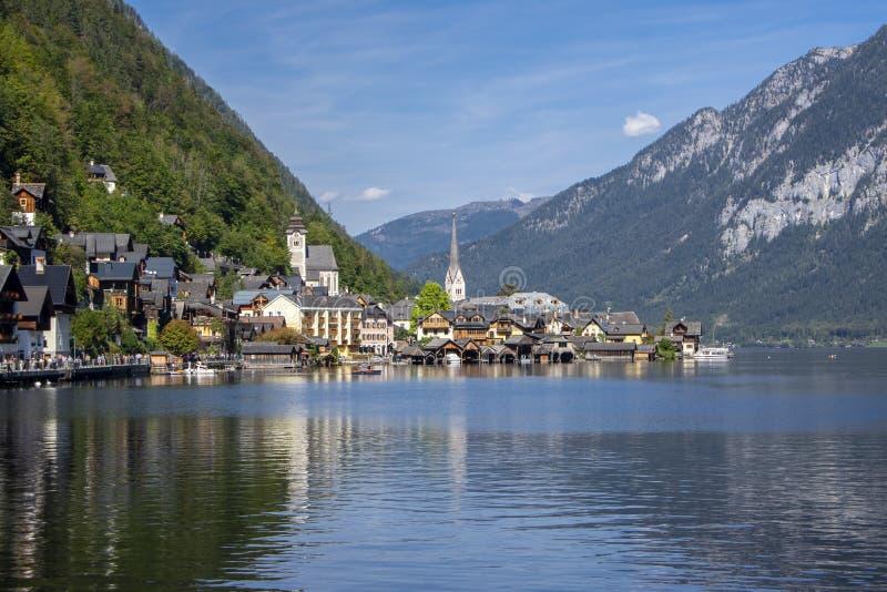 De schilderachtige kleine stad Hallstadt is Oostenrijkse staat van Boven-Oostenrijk, mooie die plaats door bergen en meer Dachste stock afbeeldingen