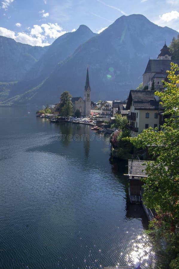De schilderachtige kleine stad Hallstadt is Oostenrijkse staat van Boven-Oostenrijk, mooie die plaats door bergen en meer Dachste stock foto's
