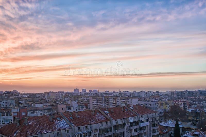De schilderachtige zonsonderganghemel met blauw-oranje wolken De wintercityscape en stedelijke horizon in zonsondergangtijd Tonee royalty-vrije stock foto