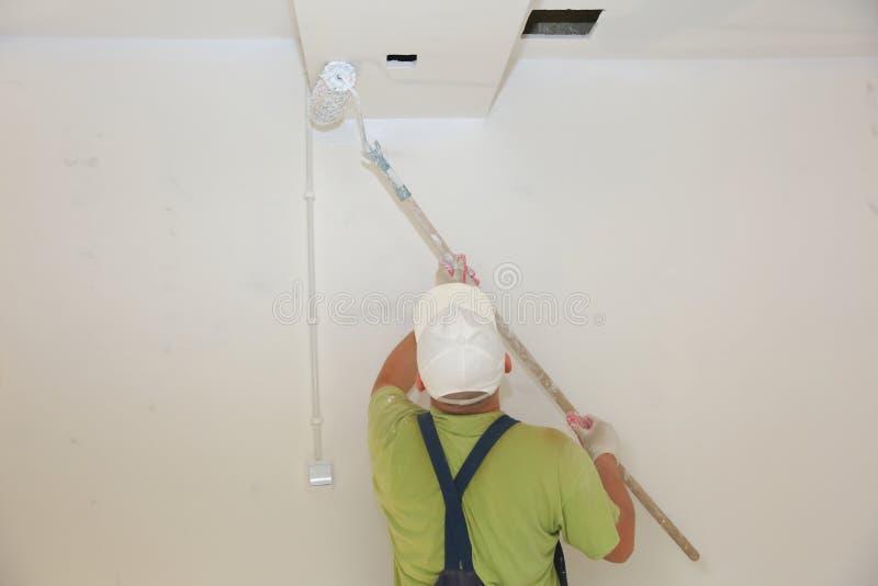 De schilderende muren en de plafonds zouden een eenvoudige activiteit schijnen te zijn en toch bevat het vele geheimen die u moet stock afbeeldingen