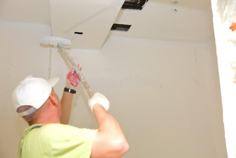 De schilderende muren en de plafonds zouden een eenvoudige activiteit schijnen te zijn en toch bevat het vele geheimen die u moet royalty-vrije stock afbeeldingen