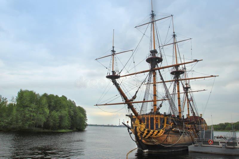 De schip` Goto Voorbeschiktheid ` dichtbij Admiralteyskaya-Vierkant in Voronezh-stad, Rusland royalty-vrije stock foto's
