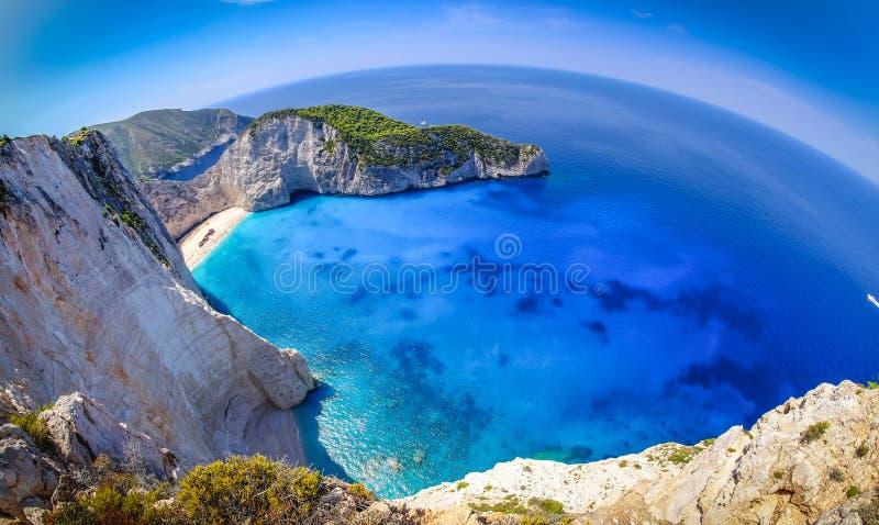 De schipbreukstrand van Zakynthos Het panorama van de Navagiobaai met boten royalty-vrije stock fotografie
