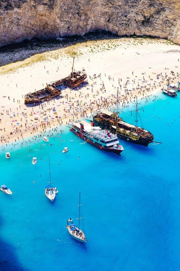 De schipbreukstrand van Zakynthos Navagiobaai hierboven wordt gezien die van Importan stock foto's
