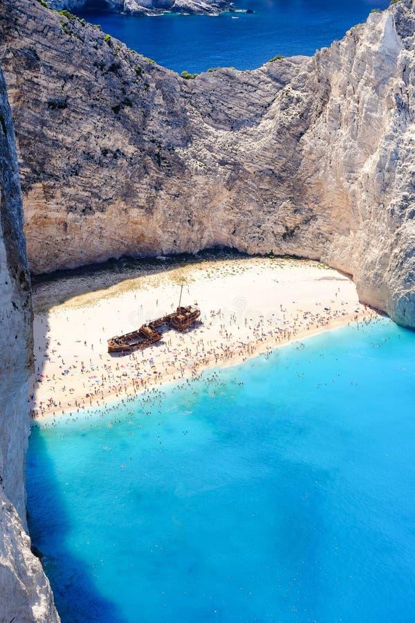 De schipbreukstrand van Zakynthos Navagiobaai hierboven wordt gezien die van Importan royalty-vrije stock afbeeldingen