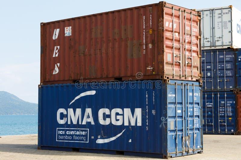 De schipcontainers in de haven van Bemoeiziek zijn, Madagascar royalty-vrije stock fotografie