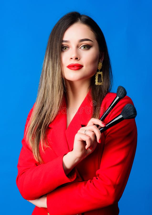 De schitterende dame maakt omhoog rode lippen Aantrekkelijke vrouw die make-upborstel toepassen Perfecte huidtoon Het concept van stock afbeeldingen