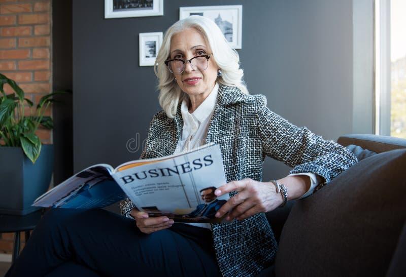 De schitterende elegante positieve vrouw drukt vertrouwen uit royalty-vrije stock fotografie