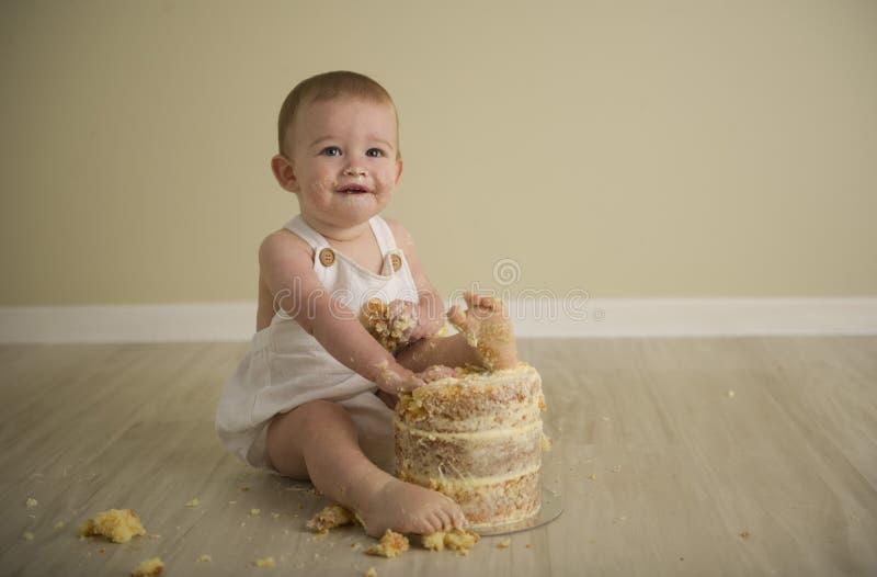 De schitterende gelukkige blauwe eyed babyjongen in neutrale tonen draait  stock foto's